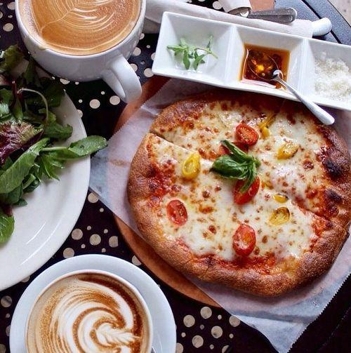 tout le monde adore la pizza. Black Bedroom Furniture Sets. Home Design Ideas